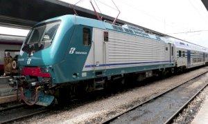 Diverbio tra il macchinista e alcuni ragazzi, il treno Torino-Savona fermo per quasi un'ora