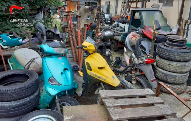 Nei pressi della sua officina oltre 150 motocicli in stato di abbandono, denunciato un meccanico