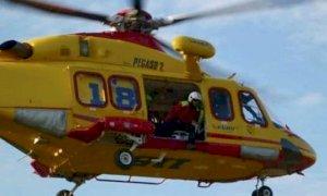 Moto contro autocarro a Barge, due feriti