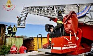 Cade in un container a Madonna dell'Olmo, i pompieri lo recuperano con l'autoscala