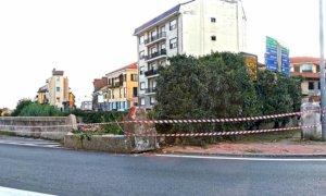 Bra, la Lega chiede la rimozione delle macerie del muro crollato tra via Cherasco e via Cuneo