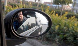 Insegue e sperona l'auto su cui viaggiano l'ex moglie e la figlia: a processo un fossanese