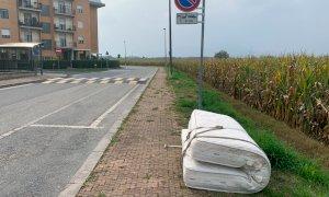 Nonostante il ritiro a domicilio dei rifiuti sia gratuito c'è chi continua ad abbandonarli per strada
