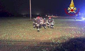 Sbanda nella rotonda e si ribalta fuori strada, automobilista ferito a Cherasco