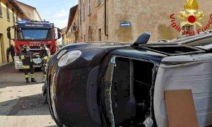 Incidente nel centro di Cherasco, un'auto rovesciata