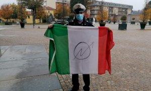 Racconigi, deturpata la bandiera italiana di fianco al monumento ai caduti alpini