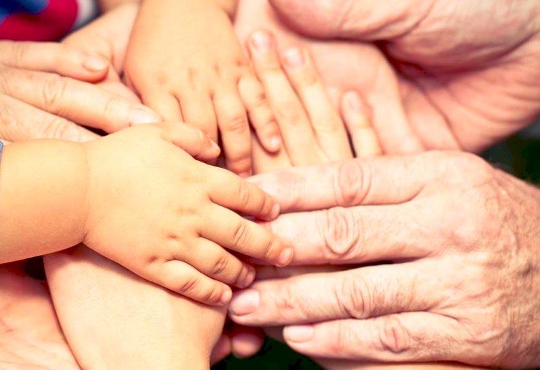 Un progetto per aiutare le famiglie impegnate nella cura di figli e anziani