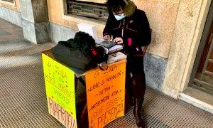 La prof del Liceo fa lezione sotto i portici: ''Chiudere le scuole è una scelta sbagliata''