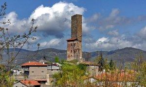 Trovati resti umani durante il restauro della torre di Camerana, potrebbero essere sepolture medievali