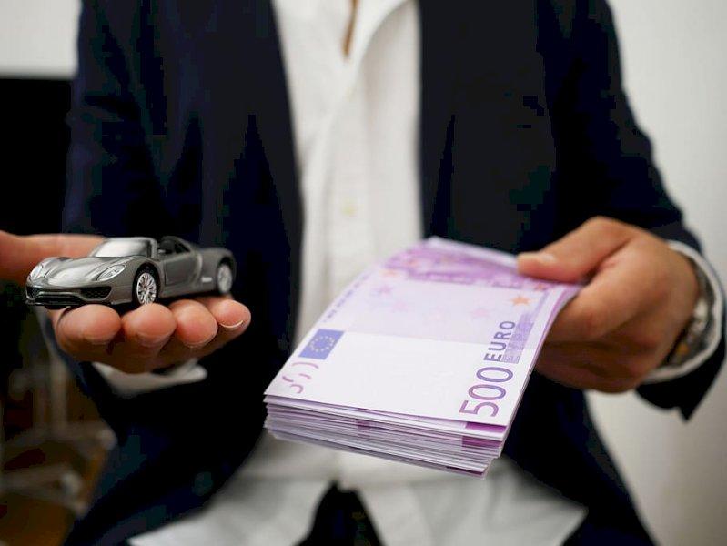 Compravano auto con finanziamenti intestati a persone ignare di tutto: a processo per truffa in concorso