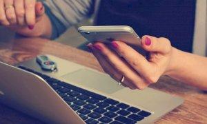 Pubblica una foto oscena sul profilo di una sconosciuta in Facebook, lei lo denuncia