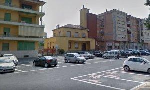 Litiga con la fidanzata davanti alla caserma dei carabinieri di Verzuolo, ci rimette l'auto e la patente
