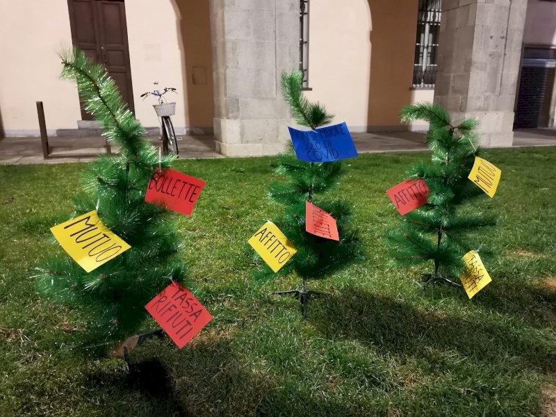 ''Non si muore solo di Covid'': la protesta delle Mascherine tricolori davanti al municipio di Cuneo