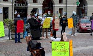 Cuneo, il sit-in di insegnanti e studenti per chiedere il ritorno delle lezioni in presenza