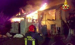 Le fiamme devastano una cascina nel territorio di Villanova Mondovì, pompieri al lavoro
