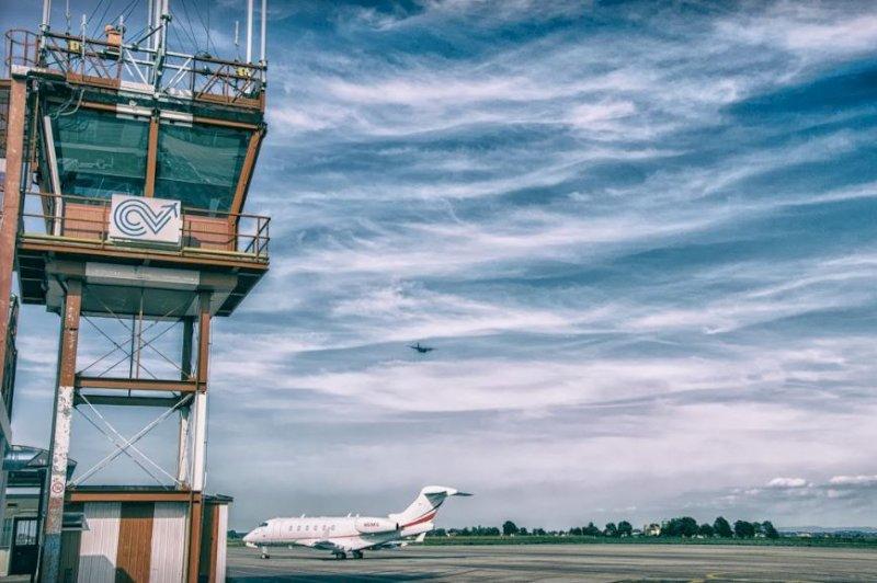 Lettere di insulti e feci di cane all'aeroporto di Levaldigi: nei guai un ex istruttore di volo