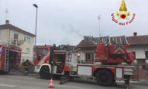 Incendio a un camino nell'abitato di Castagnito, intervengono i vigili del fuoco