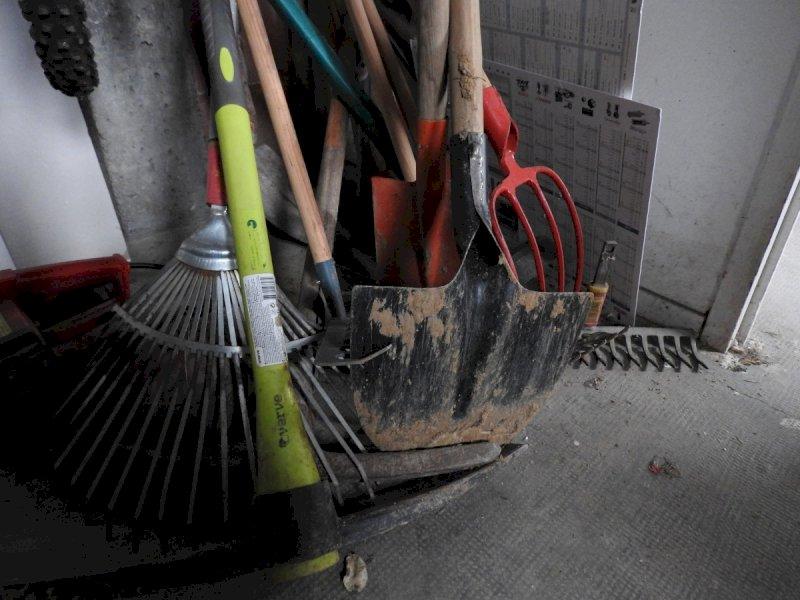 Botte tra vicini a colpi di pala, falcetto e bastone: condannati in tre