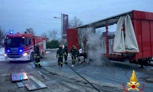 Autocarro in fiamme a Beinette, sul posto i Vigili del Fuoco