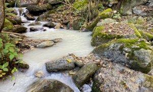 Sversavano gli scarti di lavorazione della pietra direttamente nei fiumi: tre ditte nei guai