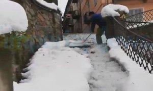 A Ormea l'antico metodo per rimuovere la neve dalle vie del centro cittadino
