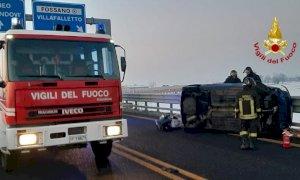 Auto ribaltata sulla tangenziale di Fossano dopo lo scontro con un altro veicolo