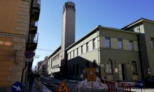 Operai al lavoro sulla 'torre Littoria' del Cinema Monviso dopo il distacco di calcinacci