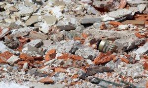 Rifiuti abbandonati, il giudice assolve un escavatorista di Mondovì