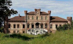 Marene, va all'asta la villa neogotica abbandonata che nel 2013 fu set di una serie tv
