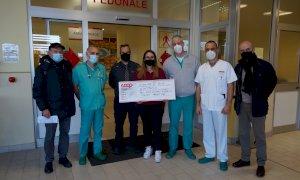 Dalla lotteria di Natale tra i dipendenti dell'Ipercoop di Cuneo una donazione per il Pronto Soccorso