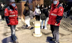 Saluzzo, educatori e volontari di Protezione Civile alla stazione dei bus per assistere gli studenti