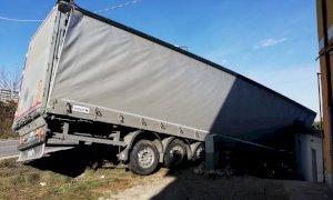 Cuneo, camion fuori strada sulla salita per Madonna dell'Olmo