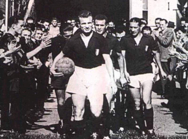 Il capitano Valentino Mazzola guida il Grande Torino all'ingresso in campo