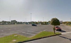 La lite di fronte all'Auchan degenera e lei sferra un calcio nei testicoli a un passante: a processo per lesioni