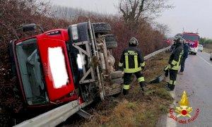 Autocarro si ribalta tra Roddi e Verduno, conducente illeso