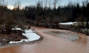 Le acque del torrente Corsaglia rossastre a Lesegno: scoperta la causa