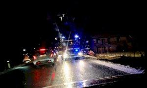 Auto esce di strada sulla provinciale tra Cuneo e Busca