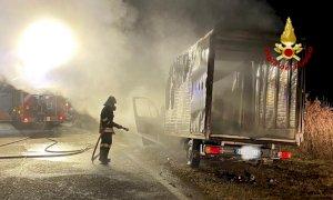 Ceresole d'Alba, un furgone a fuoco sulla provinciale