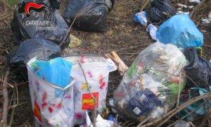 Abbandonano sacchi di spazzatura lungo la provinciale: multati per 600 euro