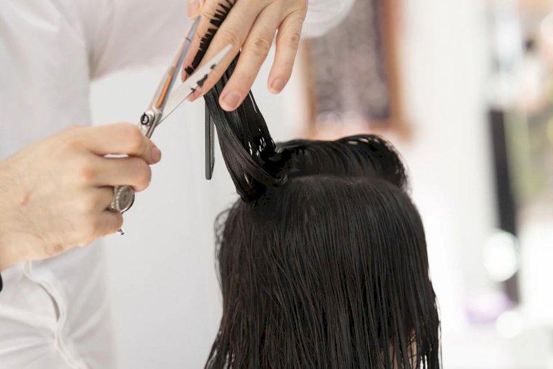 Furto ai danni di un parrucchiere cuneese, a processo una ex dipendente