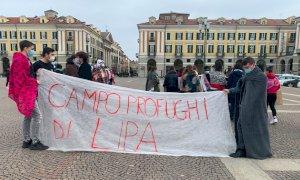 Cuneo, il flash mob degli studenti per attirare l'attenzione sul campo profughi di Lipa