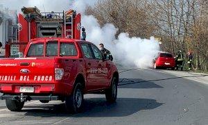 Auto prende fuoco durante la corsa, illesa la conducente