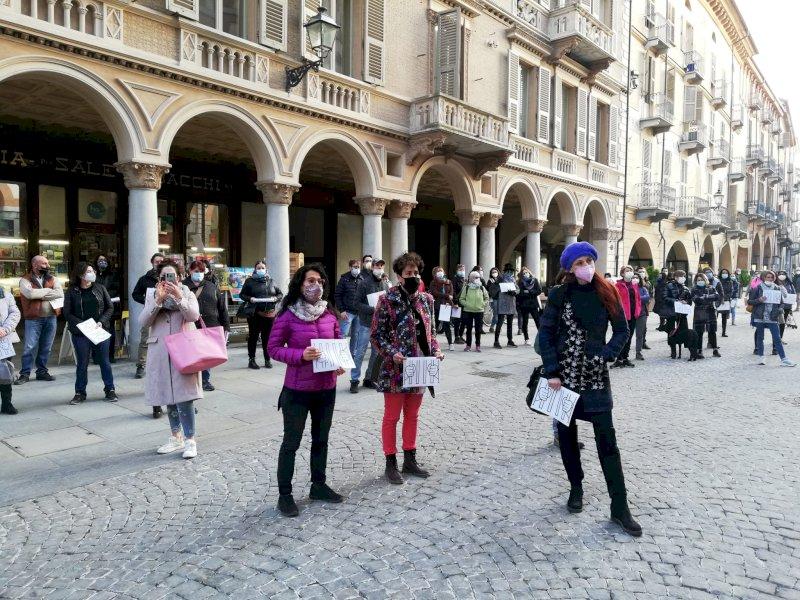 La protesta di genitori e insegnanti a Cuneo: ''La DAD non può diventare la nuova normalità per la scuola''