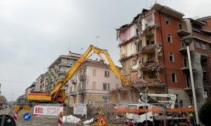 Cuneo, in corso Brunet la demolizione di un palazzo di cinque piani