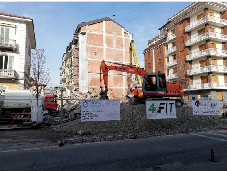 Cuneo, completamente demolito il palazzo di cinque piani in corso Brunet