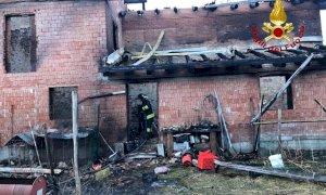 A fuoco nella notte un'abitazione di Chiusa Pesio, salvi i residenti e i loro cani