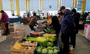 Piazza Galimberti di nuovo senza bancarelle, resta il mercato alimentare di piazza Seminario