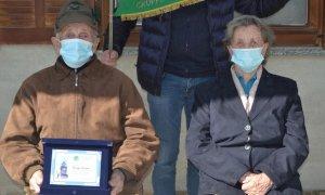 Busca, alla soglia dei 91 anni fa una generosa donazione al gruppo degli Alpini (che gli donano una targa)