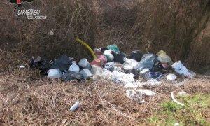 """""""Pizzicati"""" dai Forestali: avevano abbandonato 8 metri cubi di rifiuti in una scarpata a Montaldo Roero"""