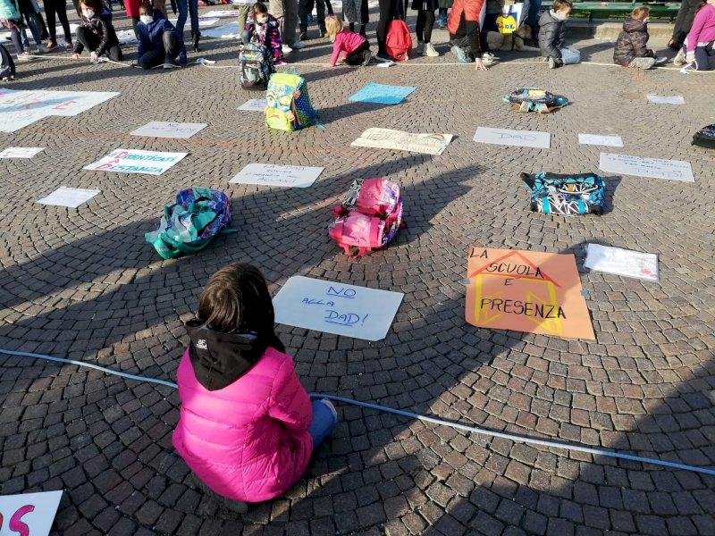 Cuneo, piazza Galimberti gremita per la manifestazione contro la didattica a distanza